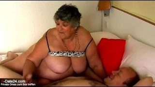 Fette alte Oma mit riesigen Hängetitten geil gebumst